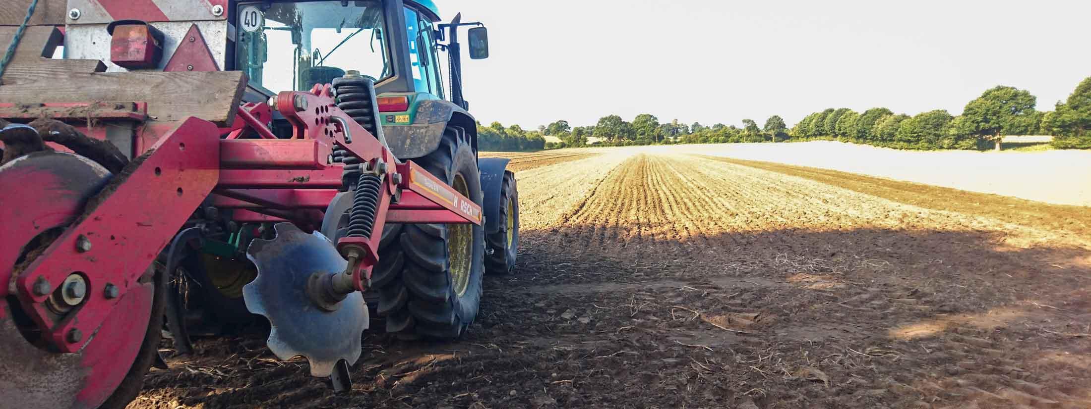 Landwirtschaft-Traktor-Egge-Feldarbeit