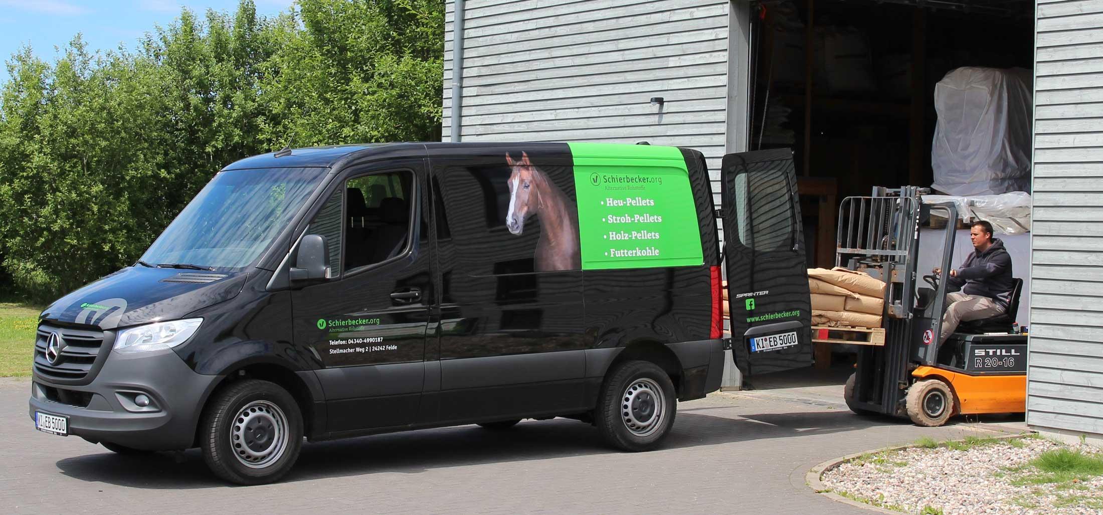 Lieferwagen-Schierbecker beim beladen von Pferdefutter